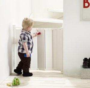 Treppenschutzrollo mit spielendem Kind